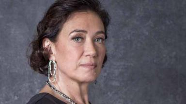 Lilia Cabral com expressão séria