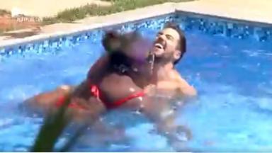 Na piscina, Lipe Ribeiro ensina Jojo Todynho a nadar em A Fazenda 2020