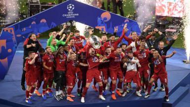 Liverpool erguendo a taça