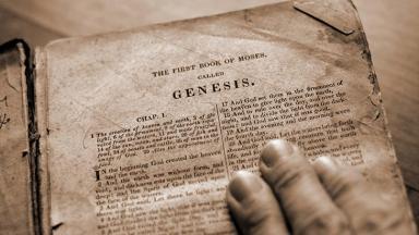 Bíblia na página de Gênesis