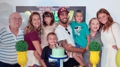 Luana Piovani e Pedro Scooby na festa de aniversário dos filhos; namorada do surfista, Cintia Dicker também compareceu