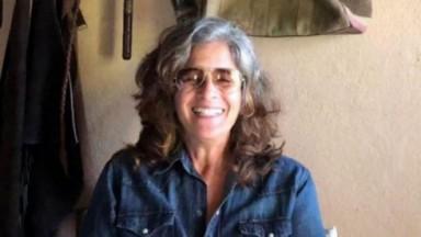 Lúcia Veríssimo de óculos e jaqueta jeans