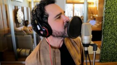 Luciano cantando