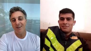 Luciano Huck conversa com motoboy vítima de racismo