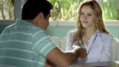 Lúcio e Celina sentados de frente um para o outro, conversando