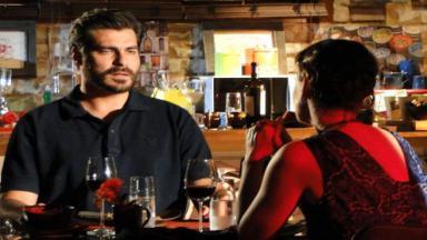 Lúcio olha chocado para Laura durante jantar