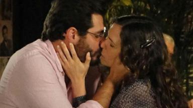 Lúcio e Laura se beijam