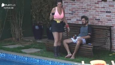 Luiza e Cartolouco perto da piscina
