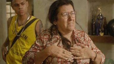 Lurdes em Amor de Mãe com a mão no peito