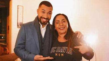 Gil do Vigor e Jacira Santana posados para foto, mostrando camisa da Universidade de Davis