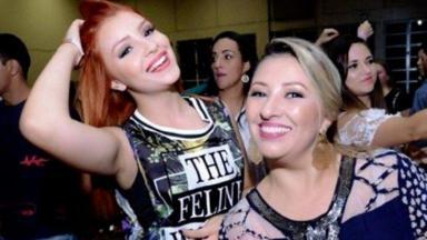 Silvia e Mabel Calzolari posadas em uma festa, sorridentes
