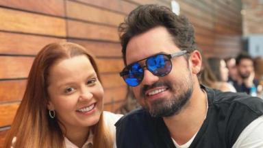 Maiara e Fernando Zor sentados