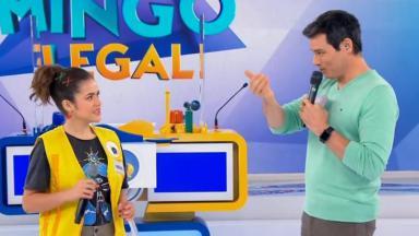 Maisa no palco do Domingo Legal ao lado do apresentador Celso Portiolli