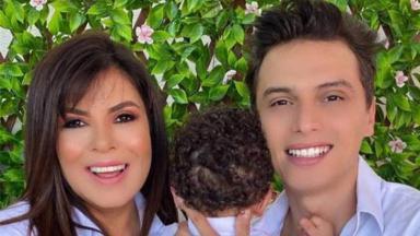 Mara Maravilha sorrindo ao lado do noivo, Gabrel Torres, e seu filho Benjamimda