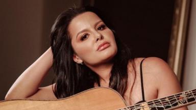 Maraisa posa com violão em foto publicada em seu perfil no Instagram