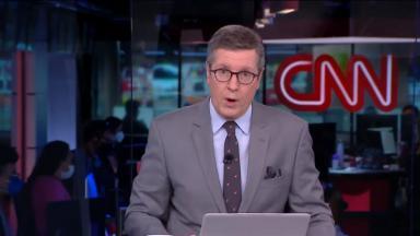 Márcio Gomes na bancada do CNN Prime Time