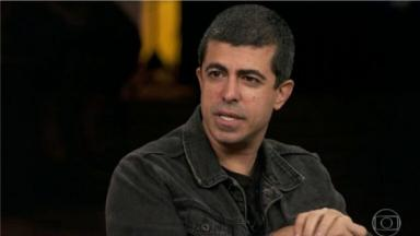 Marcius Melhem durante gravação da Globo de jaqueta jeans escura
