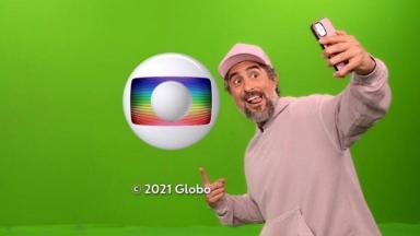 Marcos Mion posa ao lado do logotipo da Globo no fim de sua estreia no Caldeirão