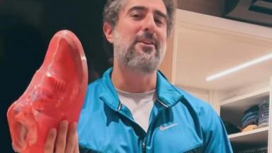 Marcos Mion exibindo tênis vermelho e de 40 milhões de reais