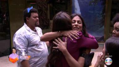 Mari Gonzalez abraça Rafa Kalimann no BBB20