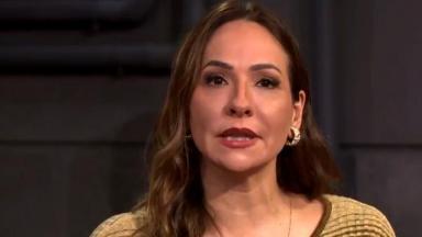 Maria Beltrão sentada e apresentando o Estúdio i