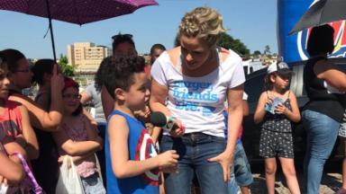 Maria Cândida conversa com criança