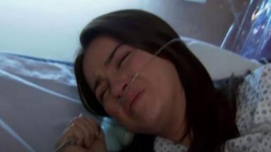 Maria Desamparada chora em quarto de hospital em Triunfo do Amor