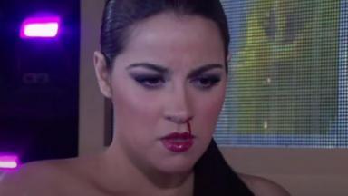 Maria Desamparada está com o nariz sangrando em cena de Triunfo do Amor
