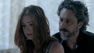Maria Ísis nervosa, com José Alfredo atrás dela