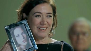 Maria Marta segurando retrato de sobrinha