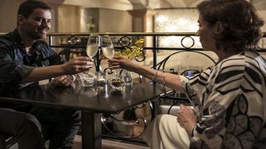 Cena de Império com Maria Marta brindando com Maurílio