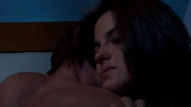 Maria Desampara e Max estão  juntos na cama em Triunfo do Amor