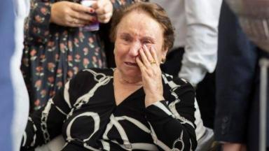 Maria do Céu chorando no velório de Gugu