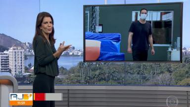 A apresentadora Mariana Gross, no estúdio do RJ1 na Globo, com o repórter Diego Haidar em uma televisão ao fundo