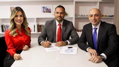 Mariana Martins assinando contrato na Record Goiás