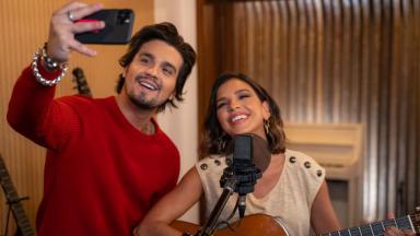 Mariana Rios ao lado de Luan Santana sorridentes