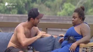 Na área externa, Mariano conversa sentado ao lado de Jojo de Todynho em A Fazenda 2020