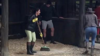 Marina Ferrari varrendo chão