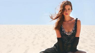 Marina Ruy Barbosa com paisagem na praia
