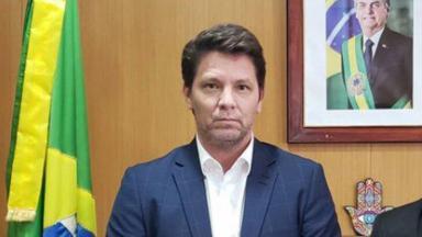 Mario Frias sério, posado para foto