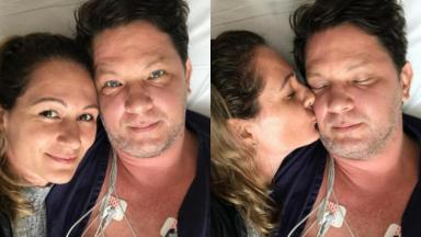 Internado, Mário Frias posa em cama de hospital ao lado da esposa, Juliana Frias