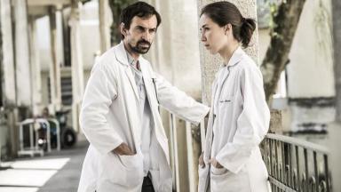 Marjorie Estiano e Júlio Andrade atuando em Sob Pressão