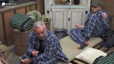 Mateus Carrieri de pijama xadrez comendo biscoito de polvilho ao lado de Lucas Maciel