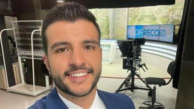 Matheus Ribeiro faz selfie no estúdio do jornal DF Record