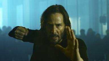 Neo em cena do filme Matrix 4