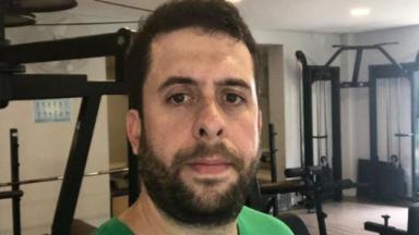 Maurício Meirelles na academia de camisa verde
