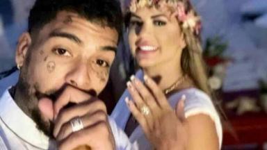 MC Kevin e a mulher, Deolane, em selfie, mostrando as alianças, logo após casamento