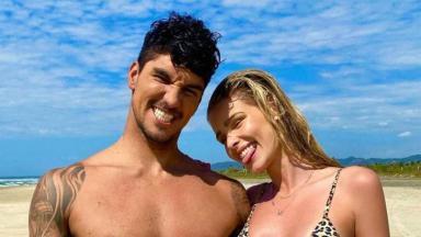 Gabriel Medina e Yasmin Brunet na praia