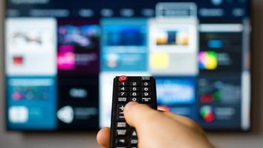 Controle remoto apontando para televisão