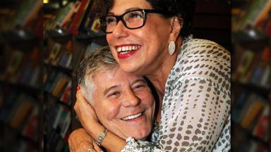 Maria Carmem Barbosa abraçando Miguel Falabella